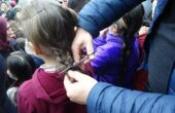 Minik yürekleriyle saçlarını lösemi hastaları için bağışladı