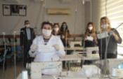 Öğretmenler ve kursiyerler el ele verip, maske üretimine başladı