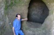 Defineciler eski mezarları talan etti