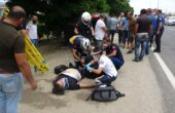 Otomobille dut ağacına çarpan doktor ve oğlu yaralandı