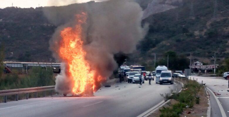 Söke'de kaza otomobil alev topuna döndü: 2 yaralı