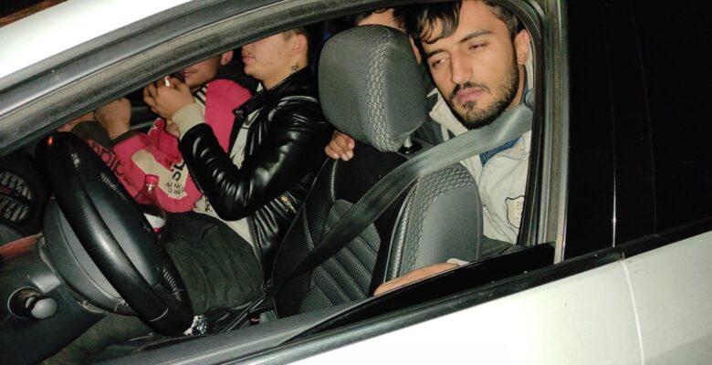 2 otomobilden 29 kaçak göçmen çıktı