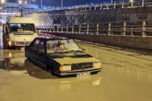Suya gömülen araçtakileri vatandaşlar kurtardı