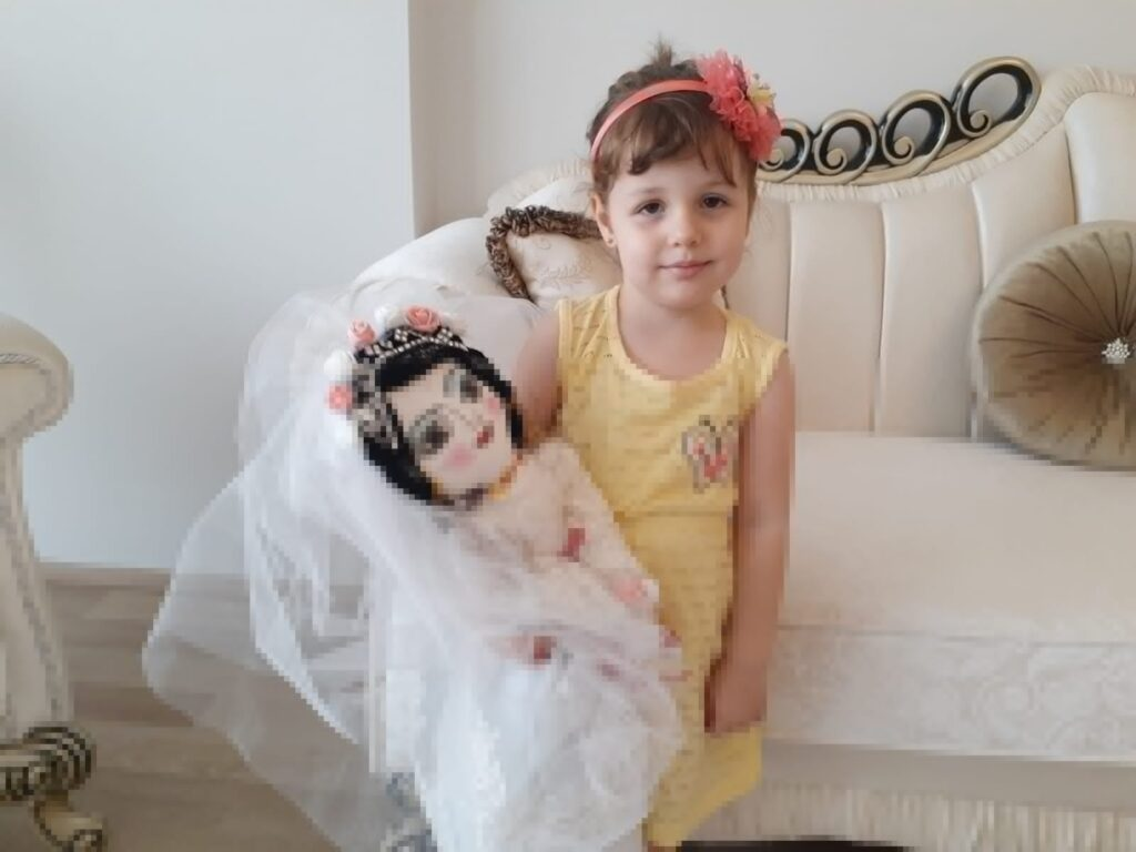 Hobi olarak yaptığı bez bebekleri, evdeki çocuklara hediye ediyor