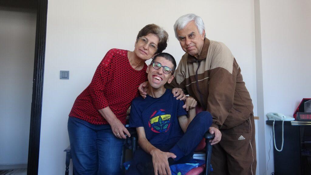 SP hastası Mustafa, burnunu kullanarak ikinci kitabını yazıyor