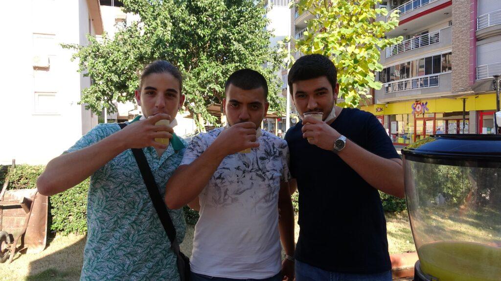 Üç üniversiteli kafadar, koruk suyu satarak harçlıklarını çıkarıyor