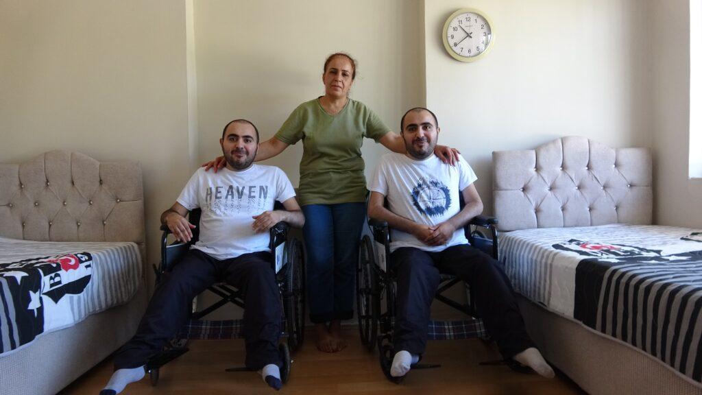 Engelli ikizler, yapılan asansörle yıllar sonra dışarı çıktı