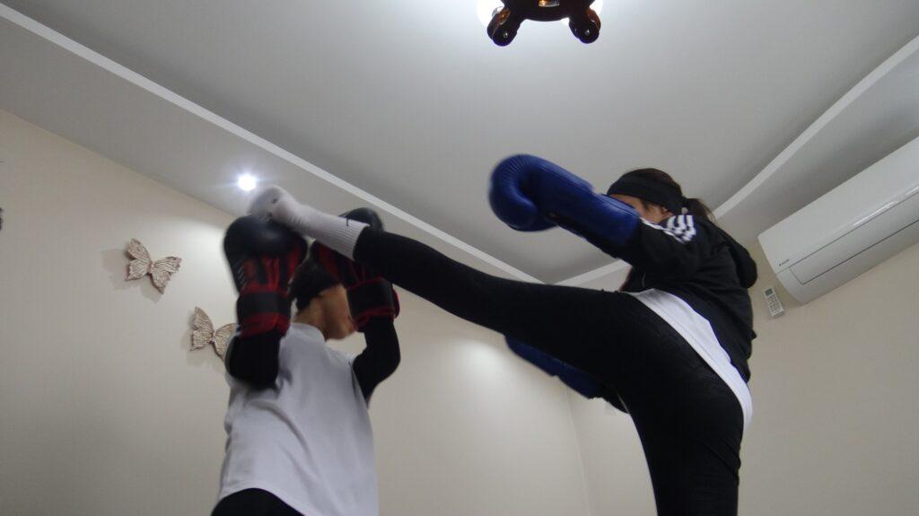Kick Boksu baba ve abisinden öğrenen kız kardeşler 37 madalya kazandı