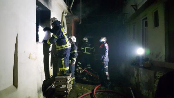 Ailesine kızdı 5 evi ateşe verdi
