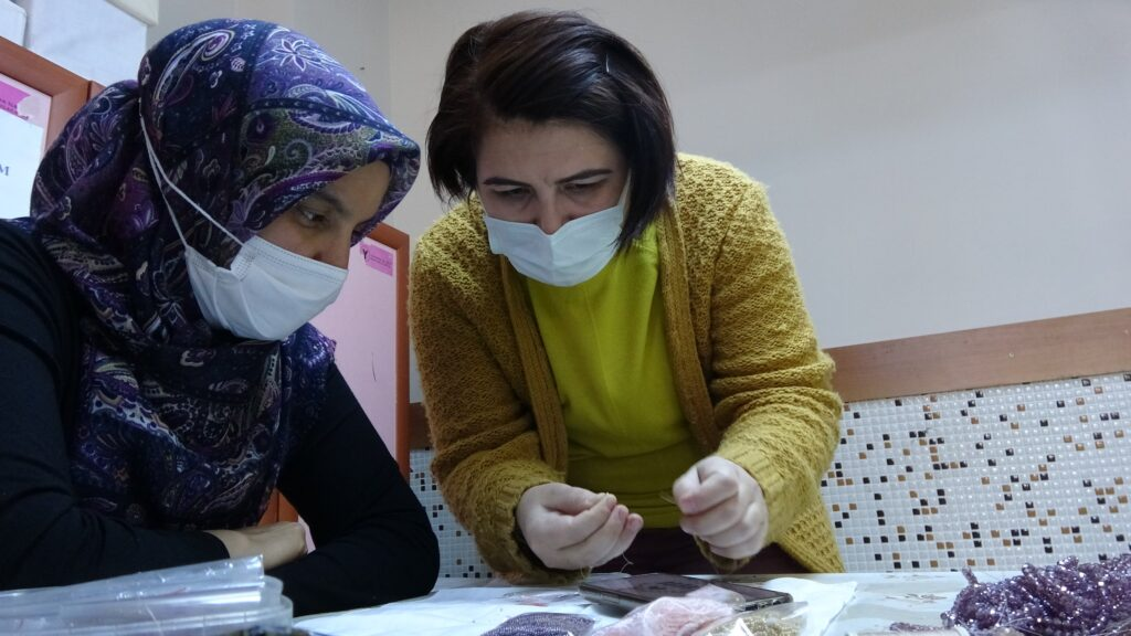 Ev kadınları İmitasyon Takı Tapımı öğreniyor