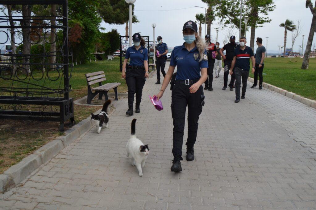 Polis sokakta yaşayan canların yardımına koştu