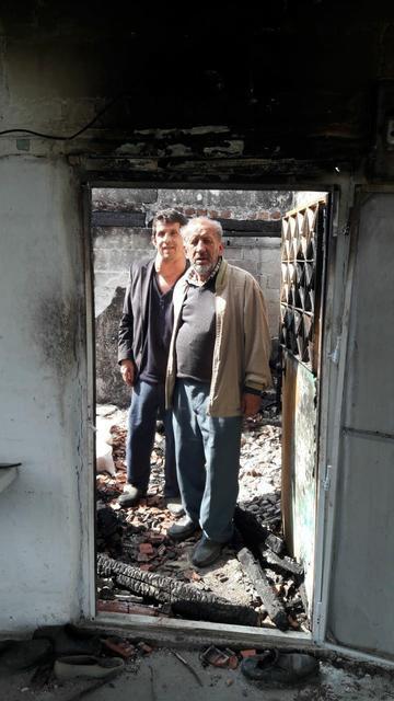 Anne ve 2 oğlu, yangın sonrası onarılan evlerine yerleşti