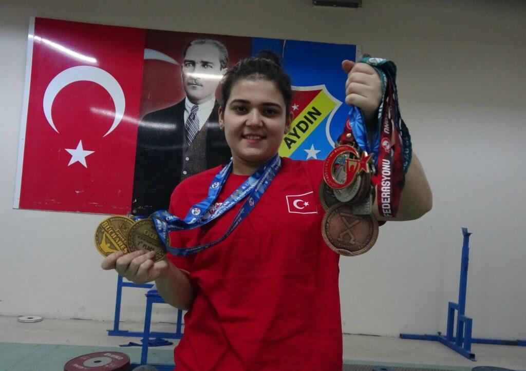 Dünya şampiyonu, halter antrenmanlarını isminin verildiği salonda yapıyor