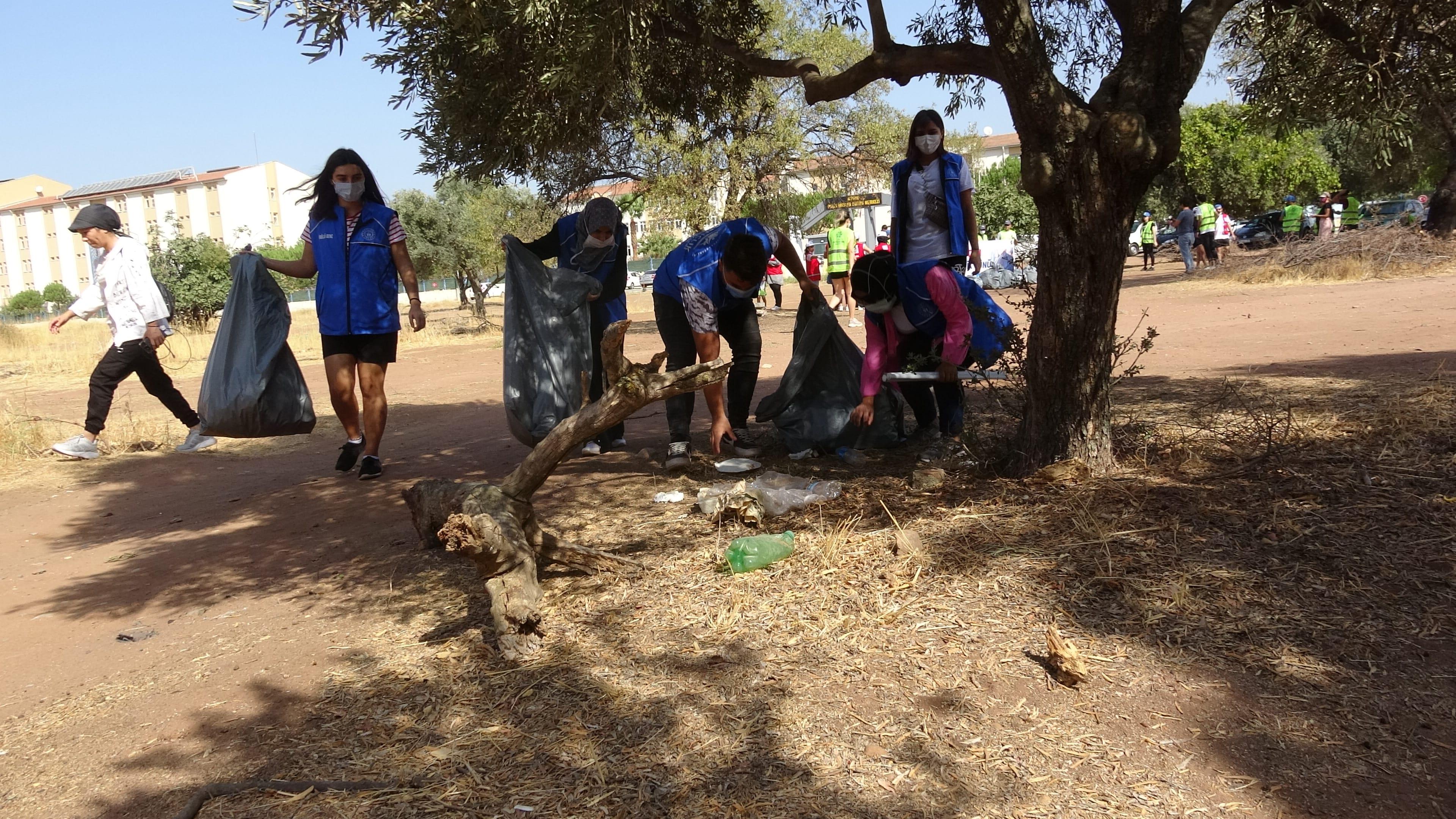 Aydınlı gönüllüler Dünya Temizlik Gününde çöp topladı