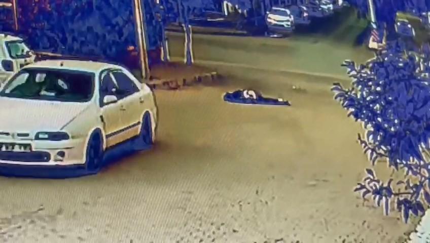 Otomobille çarptığı kişiyi metrelerce sürükledi