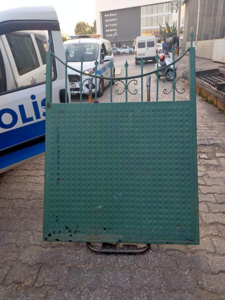 Çaldıkları mezarlık kapısını hurdacıya satarken yakalandılar
