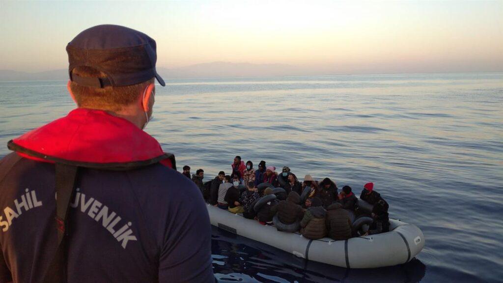 Kuşadası açıklarında 30 düzensiz göçmen kurtarıldı